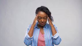 Douleur de femme d'afro-américain de mal de tête banque de vidéos