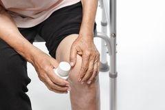 Douleur de genou, affaiblissement fonctionnel dans les personnes âgées photographie stock libre de droits
