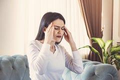 Douleur de jeune femme de mal de tête fort ou migraine se reposant à la maison, intoxication de type millénaire et douleur se sen image libre de droits