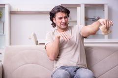 Douleur de jeune homme d'allergie image stock