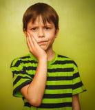 Douleur de mal de dents d'enfant de garçon de jeune garçon dans la bouche, Photos stock