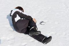 Douleur de neige blessée par jeune femme Images libres de droits