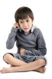 Douleur de petit garçon son oreille avec l'isolat pleurant sur le fond blanc Images libres de droits
