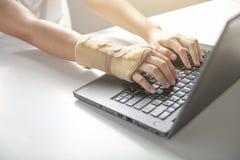 Douleur de poignet d'utiliser l'ordinateur, douleur de main de syndrome de bureau ou blessure photos libres de droits