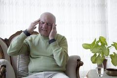 Douleur de vieil homme de douleur images libres de droits