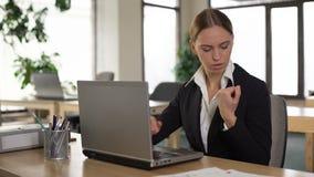 Douleur femelle de poignet de sentiment des employés après la dactylographie sur l'ordinateur portable, inflammation de joint clips vidéos