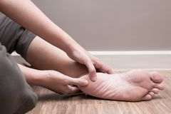 Douleur femelle de talon de pied, désordre plantaire de fasciitis photos stock