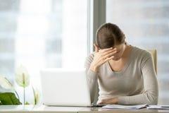 Douleur femelle fatiguée de chef de file des affaires de migraine Photographie stock