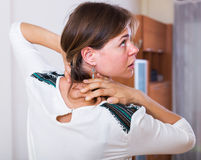 Douleur lourde de fille dans le cou Photos stock