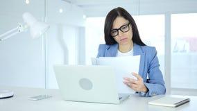 Douments novos da leitura da mulher de negócios no trabalho, documento vídeos de arquivo