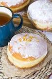 Dounuts et tasse vitrés de thé Image libre de droits
