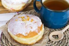 Dounuts et tasse vitrés de thé Images libres de droits