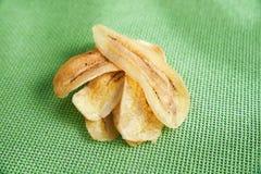 Dourado fritado friável cortado na esteira líquida verde Foto de Stock Royalty Free