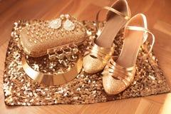 dourado A roupa e os acessórios das mulheres Sapatas Forma luxuosa fotografia de stock