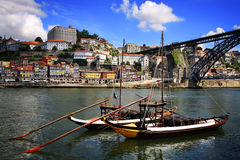 Douro flod och traditionella fartyg i Porto Fotografering för Bildbyråer