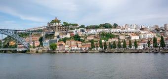 Douro flod Sikten till Serraen gör Pilar Monastery och Luis som jag överbryggar Arkivfoto