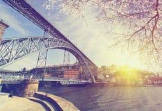 Douro flodstrand med den Dom Luiz bron på våren, Porto, Portugal Royaltyfri Bild