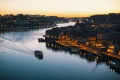 Douro Ribeira od Dom Luis Porto i rzeka, przerzucam most przy nighttime Obrazy Stock