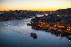 Douro Ribeira od Dom Luis Porto i rzeka, przerzucam most przy nighttime Zdjęcie Stock
