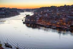 Douro Ribeira od Dom Luis Porto i rzeka, przerzucam most przy nocą Zdjęcie Stock
