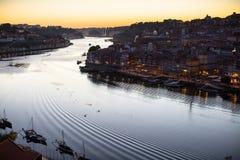 Douro Ribeira od Dom Luis Porto i rzeka, przerzucam most przy nocą Zdjęcia Royalty Free