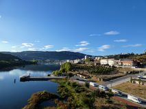 Douro rzeka od zwyczajnego mosta Regua, Portugalia zdjęcia royalty free