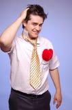 Douter des hommes avec la relation étroite et le coeur. Photo stock