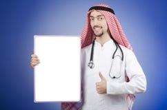 Doutor árabe com placa de mensagem em branco fotografia de stock