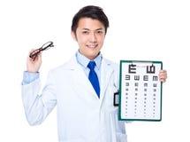 Doutor ótico que guarda com carta e vidros de olho imagens de stock