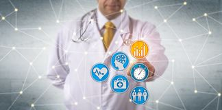 Doutor Activating Predictive Analytics na rede foto de stock
