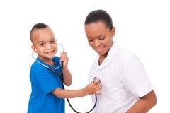 Doutor afro-americano da mulher com criança Imagem de Stock
