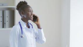 Doutor afro-americano que usa o smartphone foto de stock royalty free