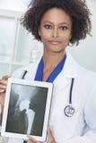 Doutor americano africano Raio X Tabuleta Computador da mulher Imagens de Stock Royalty Free