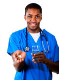 Doutor amigável com comprimidos e vidro da água Fotos de Stock Royalty Free