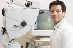 Doutor ao lado do equipamento para detectar a glaucoma Foto de Stock Royalty Free