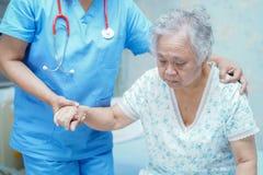 Doutor asiático do fisioterapeuta da enfermeira para importar-se, ajudar e apoiar o paciente idoso da mulher da senhora idosa imagem de stock royalty free