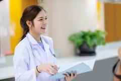 Doutor asiático novo no hospital Fotografia de Stock Royalty Free