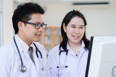 Doutor asiático novo no hospital Foto de Stock