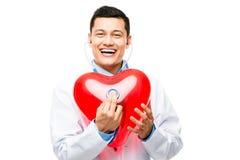 Doutor asiático que escuta a pulsação do coração  imagens de stock