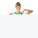 Doutor bonito da jovem mulher que mostra a placa vazia Imagem de Stock