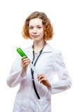 Doutor bonito do ruivo no revestimento do laboratório com seringa Foto de Stock