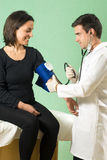 Doutor Checking Paciente Sangue Pressão-horiz Fotografia de Stock Royalty Free