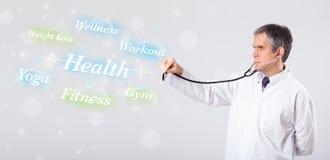 Doutor clínico que aponta à coleção da saúde e da aptidão do wor Foto de Stock