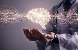 Doutor com cérebro humano Conceito médico da tecnologia imagem de stock royalty free