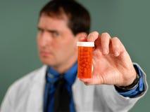 Doutor com comprimidos imagem de stock