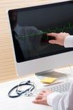 Doutor com computador imagens de stock royalty free