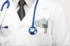 Doutor com dinheiro em seu bolso - tiro do estúdio Foto de Stock