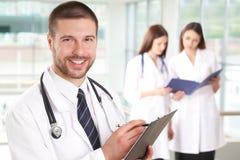 Doutor com enfermeiras foto de stock
