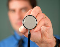 Doutor com estetoscópio, DOF raso fotos de stock royalty free