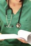 Doutor com estetoscópio e informe médico Fotos de Stock Royalty Free